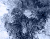 горение абстрактной предпосылки голубое произвело большую белизну дыма ладана заворот Стоковое Фото