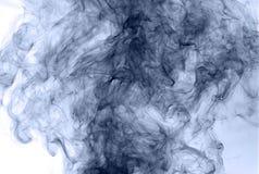 горение абстрактной предпосылки голубое произвело большую белизну дыма ладана заворот Стоковые Фотографии RF