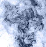горение абстрактной предпосылки голубое произвело большую белизну дыма ладана заворот Стоковая Фотография RF