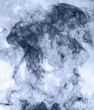 горение абстрактной предпосылки голубое произвело большую белизну дыма ладана заворот Стоковое Изображение RF