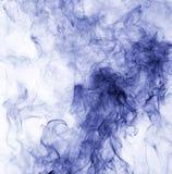 горение абстрактной предпосылки голубое произвело большую белизну дыма ладана Стоковое Фото