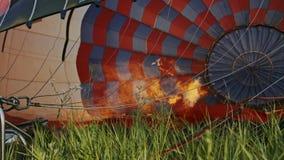 Горение горячего воздуха к воздушному шару Во время полета сток-видео