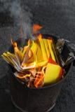 Горение китайского амулета бумажное в пламенах Стоковые Фотографии RF