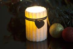 Горение свечи и орнаменты рождества Стоковые Изображения