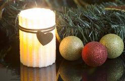 Горение свечи и орнаменты рождества Стоковые Фото