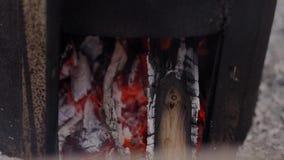 Горение угля в коробке металла Искры летают, снятый конец-вверх акции видеоматериалы