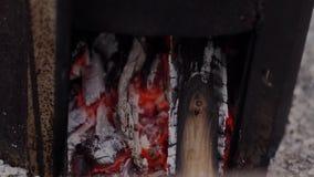 Горение угля в коробке металла Искры летают, снятый конец-вверх видеоматериал