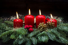 Горение украшения пришествия красное миражирует ветви рождественской елки Стоковые Фото