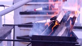 Гореть вносит дальше запыланные пламена в журнал камина сток-видео