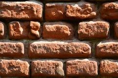 Горизонтальная текстура стены нескольких строк очень старой кирпичной кладки сделанной красного кирпича Разрушенная и поврежденна Стоковые Фотографии RF