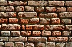 Горизонтальная текстура стены нескольких строк очень старой кирпичной кладки сделанной красного кирпича Разрушенная и поврежденна Стоковая Фотография