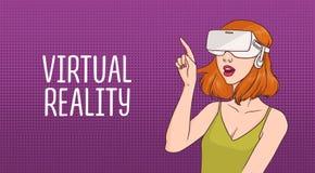 Горизонтальное знамя с стеклами виртуальной реальности молодой женщины redhead нося против пурпура поставило точки предпосылка же иллюстрация штока