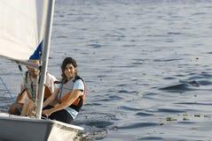 горизонтально женщина sailing парусника человека Стоковые Фотографии RF