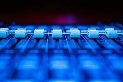 Горизонтальные Pro аудио смешивая федингмашины стола стоковая фотография rf