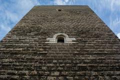 Горизонтальный взгляд каменной стены замка Svevo в Сан p стоковые изображения rf