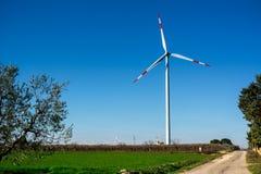 Горизонтальный взгляд крыла Eolic в итальянской сельской местности в a стоковая фотография