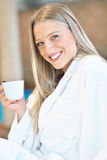 Горизонтальный взгляд чая женщины выпивая в курорте Стоковое Изображение RF