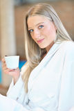 Горизонтальный взгляд чая женщины выпивая в курорте Стоковые Фото