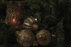 Горизонтальный дисплей рождества с орнаментами шарика золота деревянными Стоковые Изображения