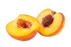 Горизонтальный конец вверх по 2 половинам персика изолированным на белом backgr Стоковая Фотография RF