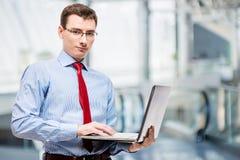 Горизонтальный портрет бизнесмена с компьтер-книжкой Стоковое фото RF