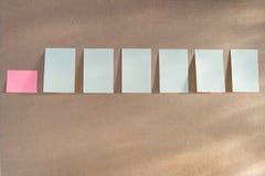Горизонтальная доска при много белых липких прикалыванных примечаний Стоковые Изображения
