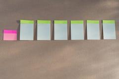 Горизонтальная доска при много белых липких прикалыванных примечаний Стоковая Фотография