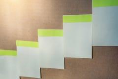 Горизонтальная доска при много белых липких прикалыванных примечаний Стоковые Фото