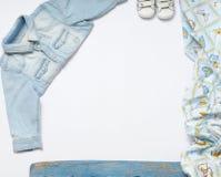 Горизонтальная рамка джинсов вещества и тапок для ребёнка на whi Стоковые Фотографии RF