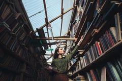Горизонтальное изображение девушки в библиотеке Стоковое Изображение RF