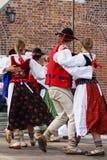 Горизонтальное изображение цвета танцоров заполированности женщины в традиционном Стоковые Изображения