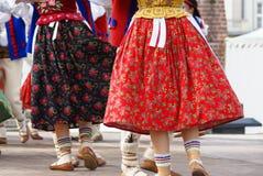 Горизонтальное изображение цвета танцоров заполированности женщины в традиционном Стоковая Фотография