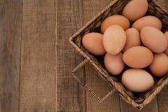 Яичка цыпленка Брайна с деревянной предпосылкой таблицы Стоковое фото RF