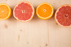 Горизонтальный апельсин неполной вырубки, положение грейпфрута плоское на деревянной предпосылке Стоковое Фото