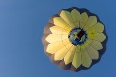 Горизонтальный желтый и черный воздушный шар стоковые изображения rf