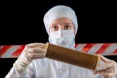 Горизонтальный портрет биолога расследуя загрязненное место Стоковые Фото