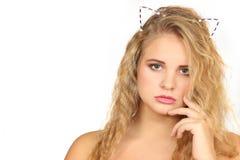 Горизонтальный портрет девушки на белой предпосылке Стоковое Фото