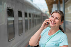 Горизонтальный портрет девушки с телефоном Стоковые Фото
