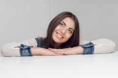 Горизонтальный портрет женщины на таблице Стоковая Фотография RF