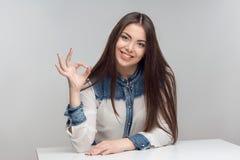 Горизонтальный портрет женщины на таблице Стоковые Изображения