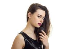 Горизонтальный портрет молодой девушки очарования с красной губной помадой и черным платьем Стоковые Фото