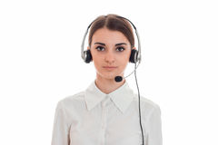 Горизонтальный портрет молодой девушки работника офиса звонка красоты при наушники и микрофон изолированные на белой предпосылке Стоковое Изображение