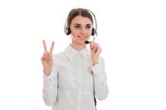 Горизонтальный портрет молодой жизнерадостной девушки работника офиса звонка при наушники и микрофон изолированные на белизне Стоковые Фотографии RF