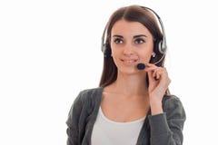 Горизонтальный портрет молодой красивой девушки работника офиса звонка при наушники и микрофон изолированные на белизне Стоковое фото RF
