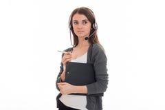 Горизонтальный портрет молодой милой девушки работника офиса звонка при наушники и микрофон изолированные на белой предпосылке Стоковая Фотография RF