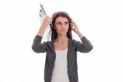 Горизонтальный портрет молодой милой девушки работника офиса звонка при наушники и микрофон изолированные на белой предпосылке Стоковая Фотография