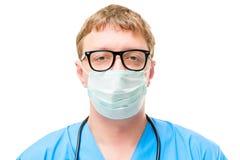 Горизонтальный портрет доктора внутри защитной маски Стоковая Фотография