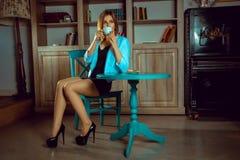 Горизонтальный портрет чая очаровательной женщины выпивая с печеньем Стоковое Фото