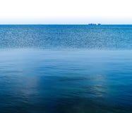 Горизонтальный яркий океан с дистантным кораблем на горизонте Стоковое фото RF