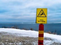 Горизонтальный яркий риск падая знака опасности Стоковые Изображения RF